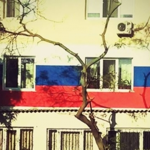 In Crimea, started to warm the house the Russian tricolor (photo)